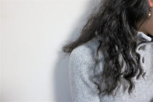くせ毛の女性